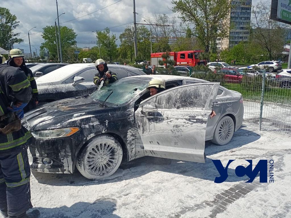 В Киевском районе у бизнес-центра вспыхнул автомобиль (фото) «фото»