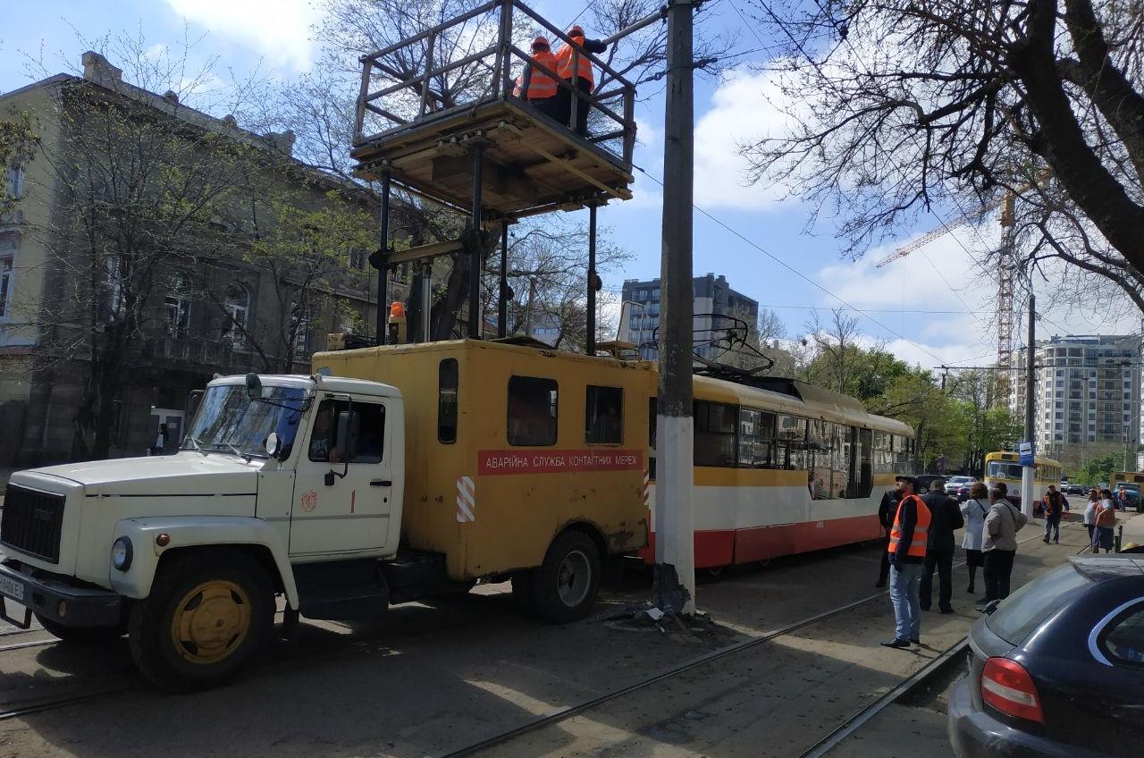 На Леонтовича трамвай сошел с рельсов и врезался в столб (фото) «фото»