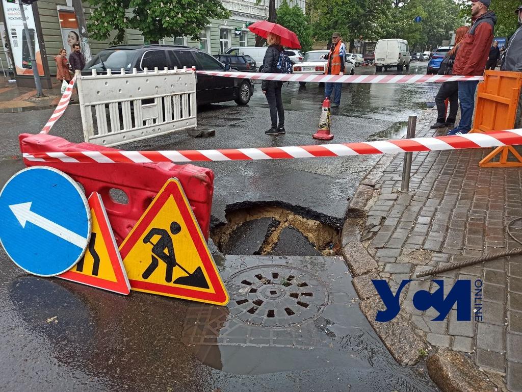 В центре Одессы маршрутка провалилась в яму на дороге (фото, аудио) «фото»