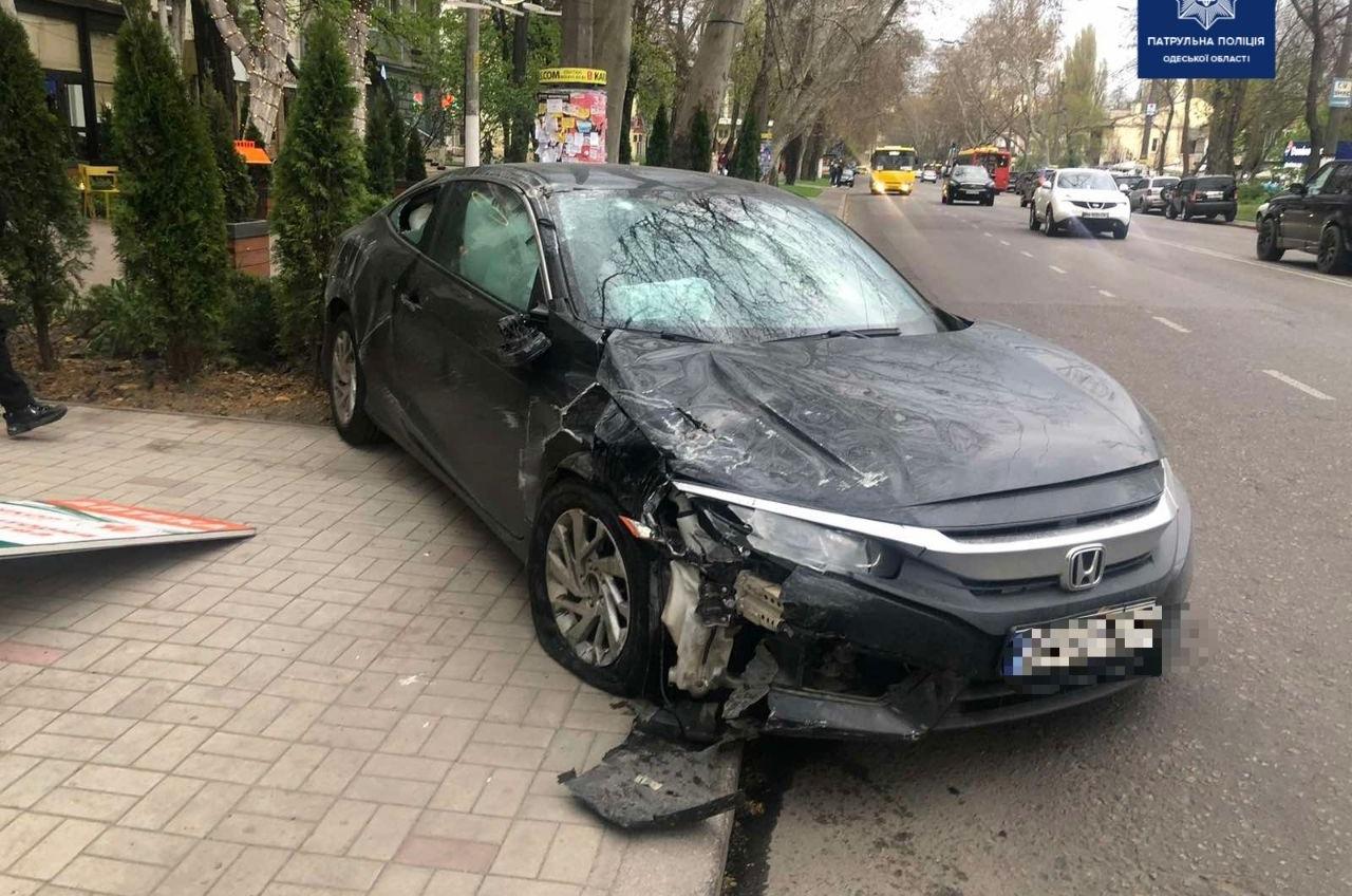 Во время аварии на проспекте Шевченко автомобиль отбросило на пешехода (фото) «фото»