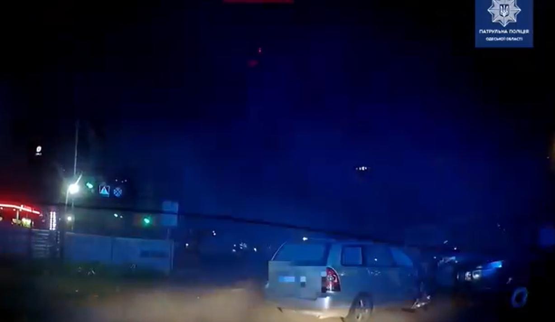 Ночью на поселке Котовского пьяный водитель без прав протаранил 9 машин (видео) «фото»