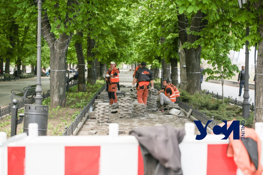 На Приморском бульваре рабочие снимают плитку (фото, видео) «фото»