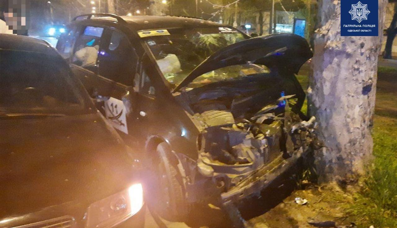 На Адмиральском проспекте пьяный водитель врезался в дерево: есть пострадавшие (фото) «фото»