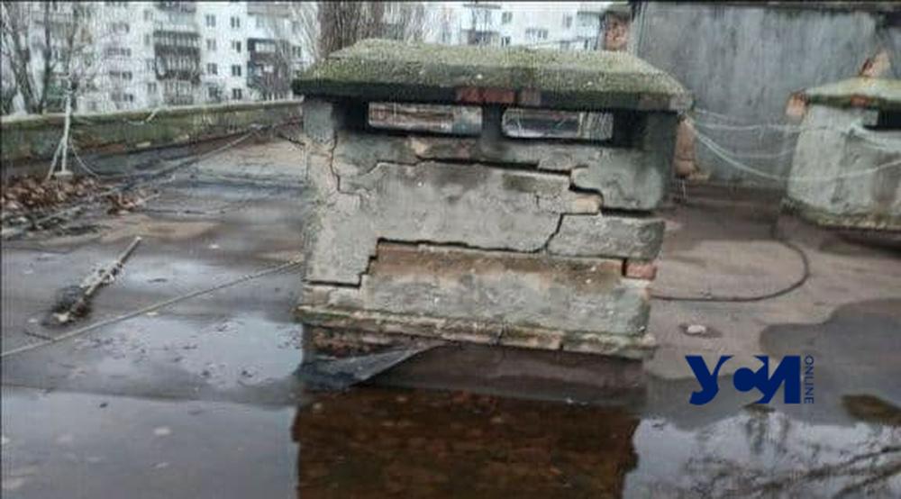 Одесситы бьют тревогу: общежитие на Жолио-Кюри из-за аварийной крыши может рухнуть «фото»