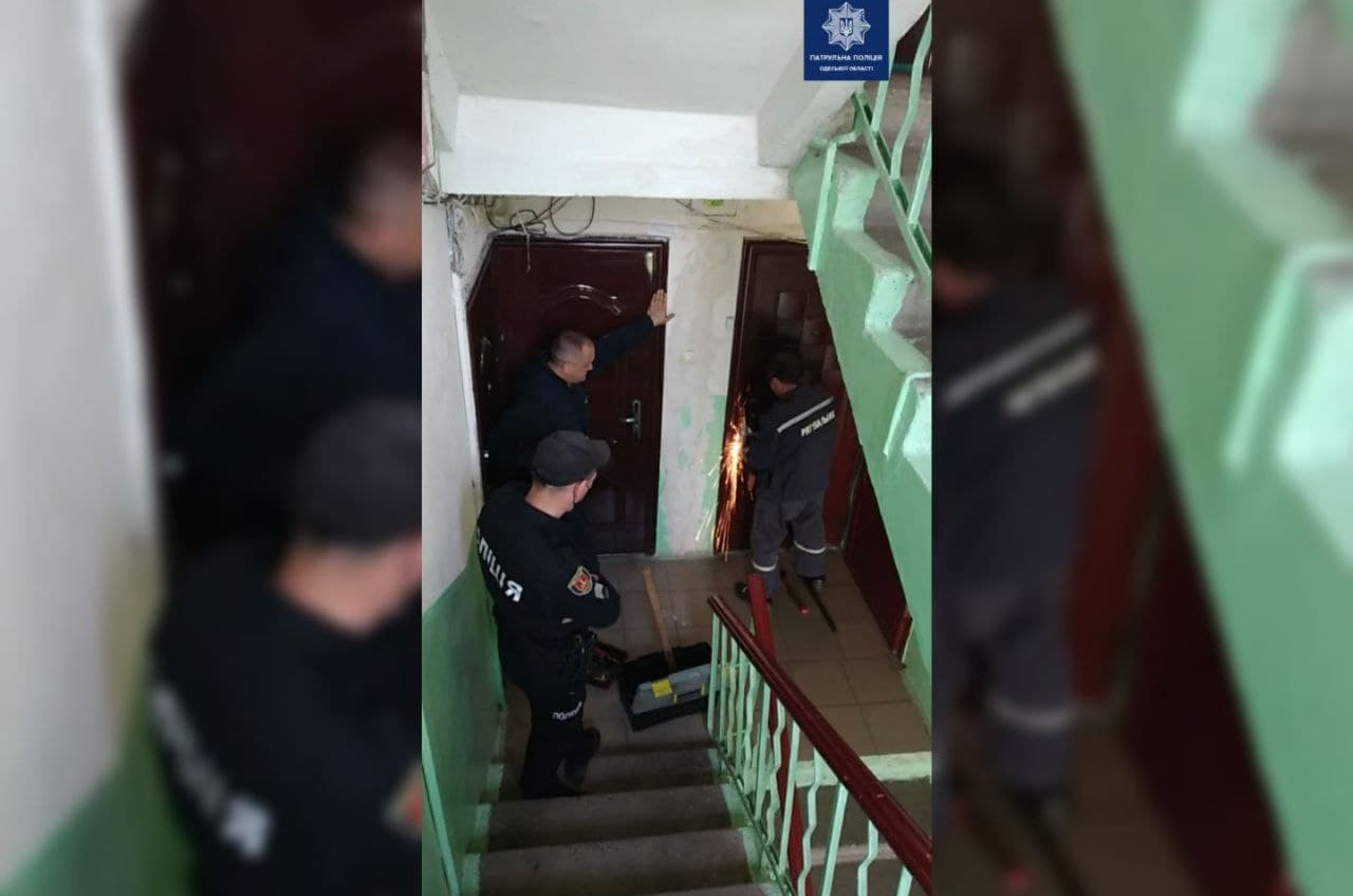 Одесские патрульные спасли пенсионерку из закрытой квартиры (фото) «фото»
