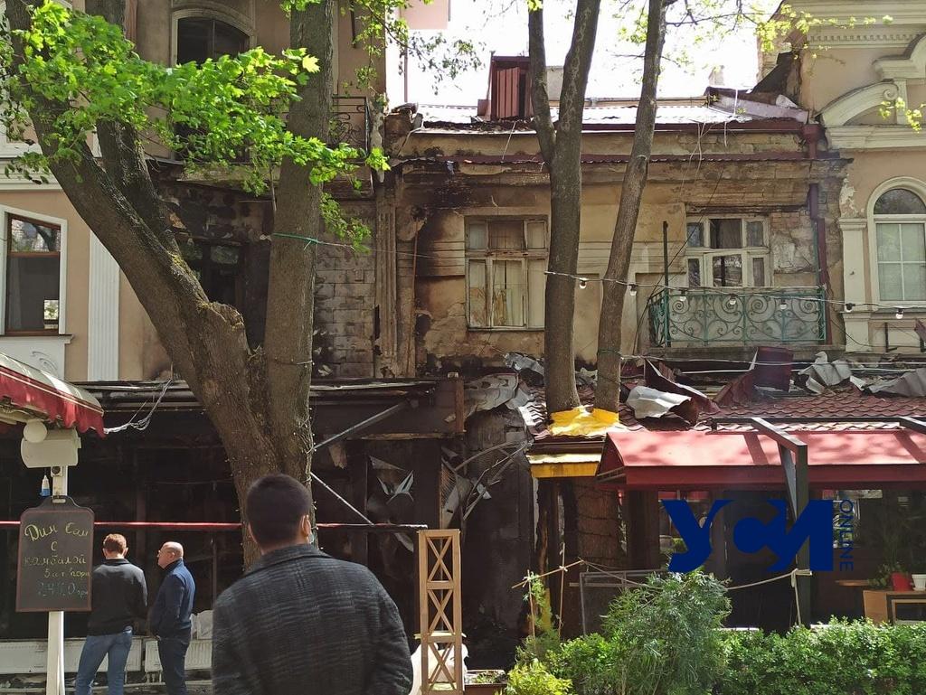 Последствия пожара в Пале-Рояле: со двора вывозят сгоревшие фрагменты (фото) «фото»