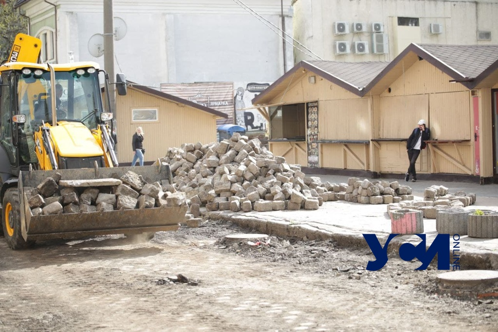 В переулке у Дерибасовской срывают старинную брусчатку (фото) «фото»