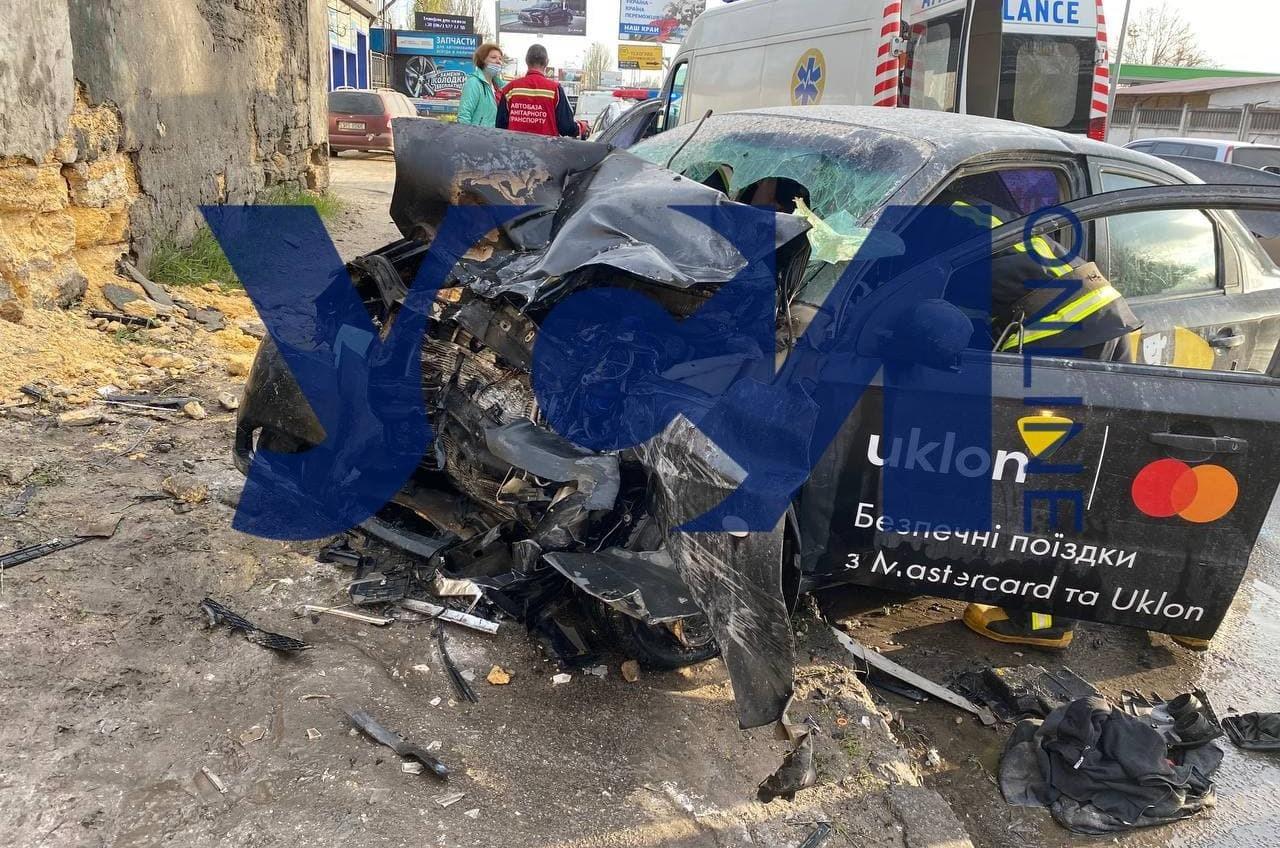 На Пересыпи такси врезалось в забор: есть погибший (фото) «фото»