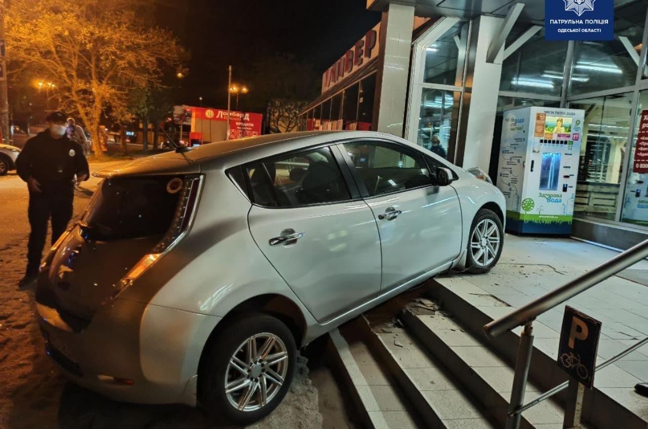 В Одессе электрокар чуть не въехал в магазин (фото) «фото»