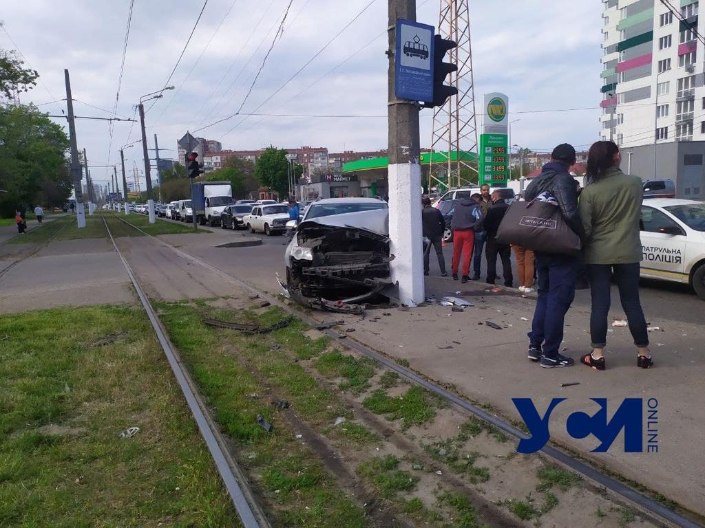 Серьезное ДТП на Таирова: разбиты два автомобиля, остановились трамваи (фото) «фото»