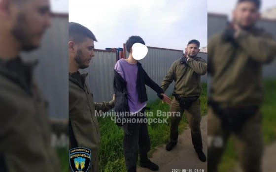В Черноморске задержали парня, который бегал по крышам машин и бил фары (фото) «фото»