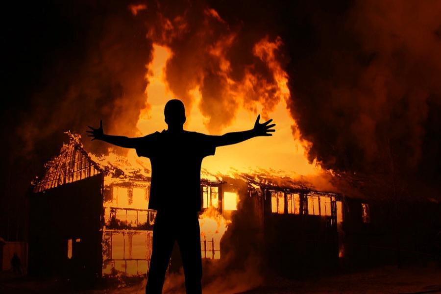 Подпалил дом ухажера дочери: отцу из Маяк дали условный срок «фото»