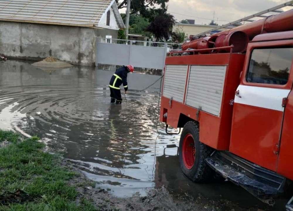 Последствия непогоды: спасатели откачивают воду в Измаиле, Килие и Подольске (фото) «фото»