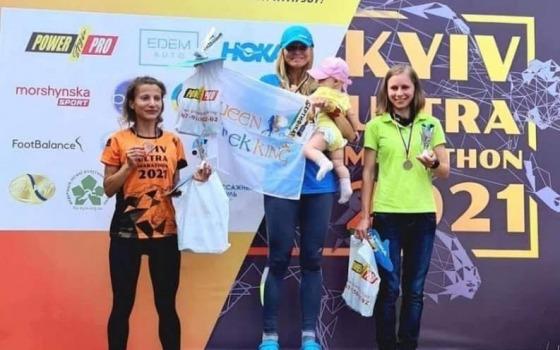 Молодая мама из Одессы первой пробежала ультрамарафон в Киеве «фото»