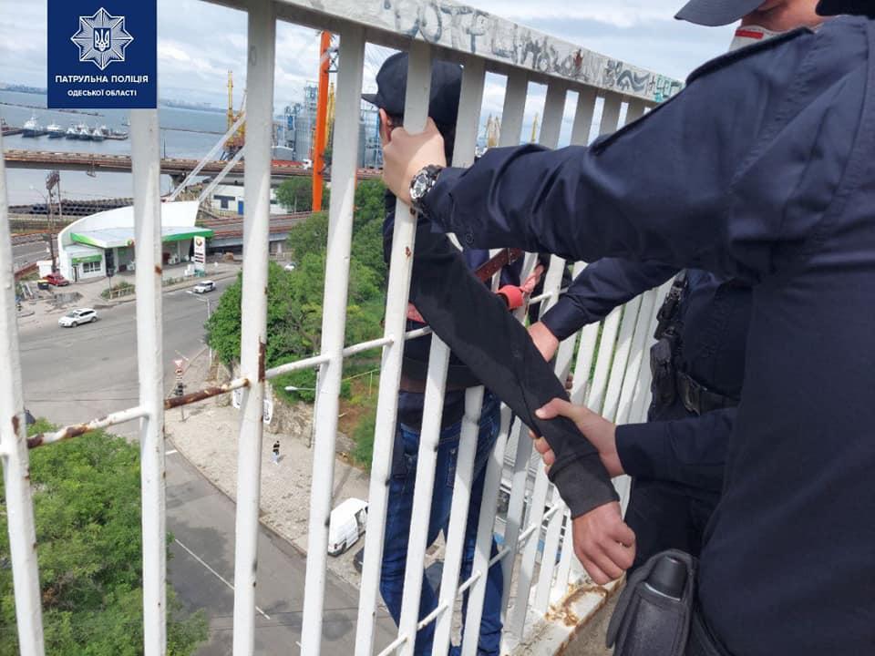 Одесские спасатели не дали мужчине совершить суицид на Тещином мосту (фото) «фото»