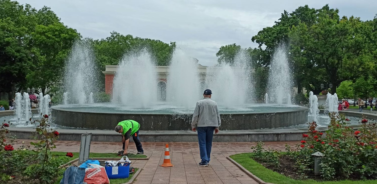 В Одессе вандалы повредили фонтан и расписали памятник Атаману Головатому (фото) «фото»