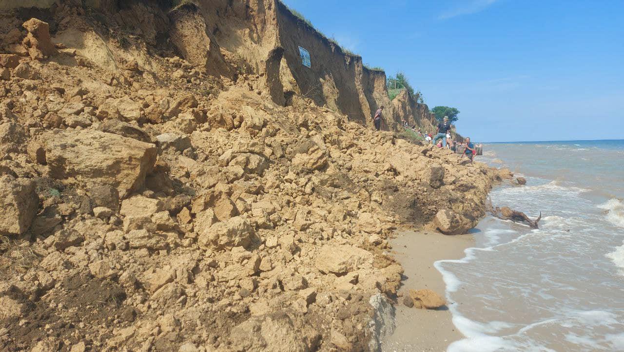 На курорте под Аккерманом сошел оползень: под почвой могут быть люди (фото) Обновлено «фото»