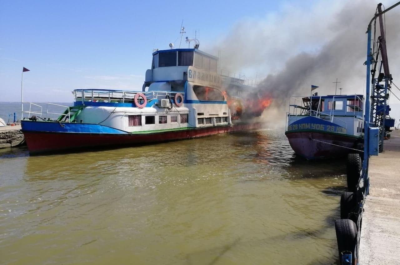 На причале в Аккермане горел пассажирский катер (фото, аудио) «фото»