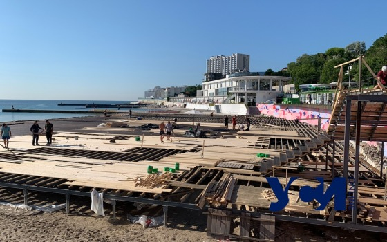 Центральный пляж Аркадии укрыли огромным настилом (фото, видео) «фото»