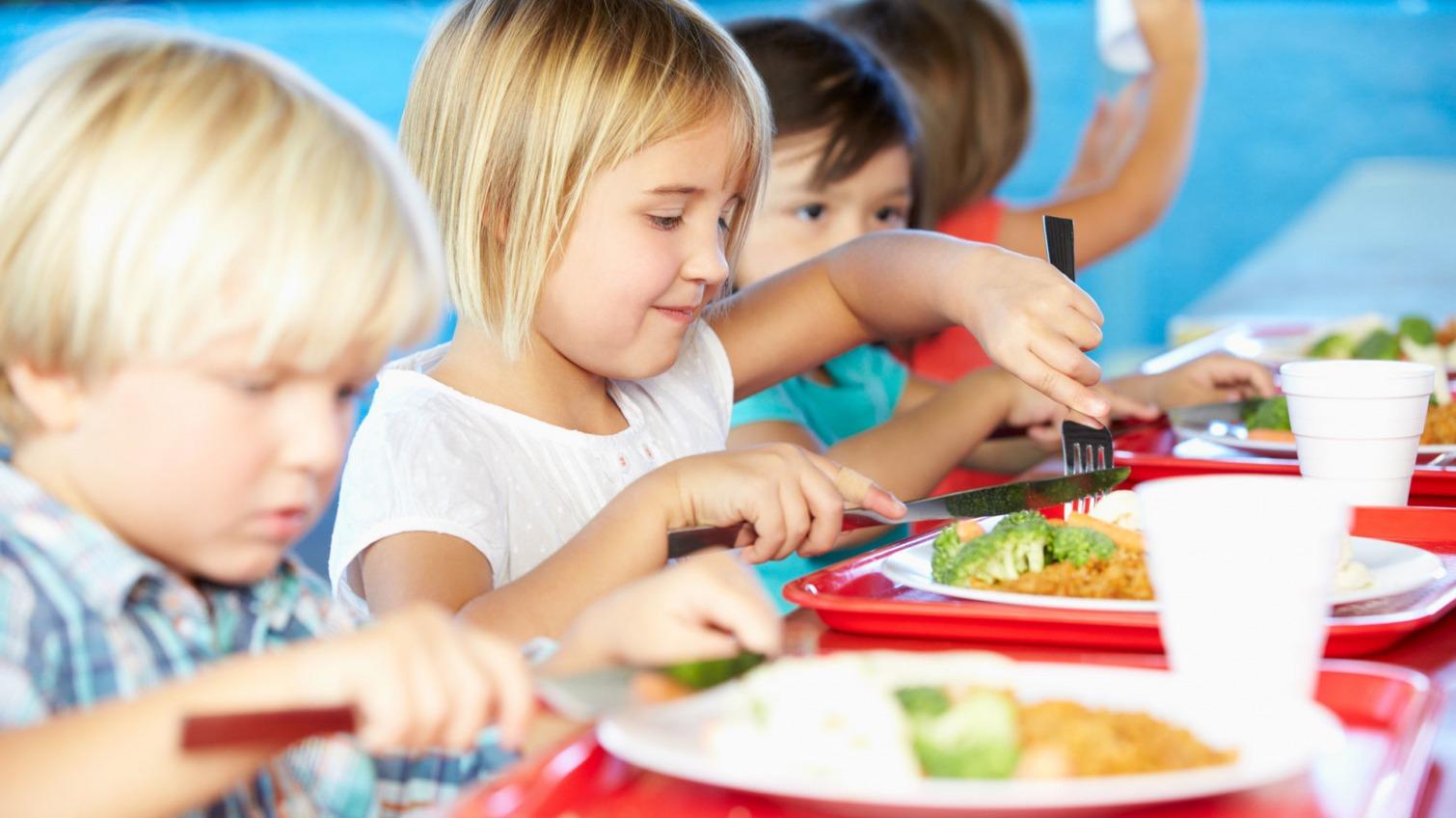 Школьники Одессы с удовольствием едят гречку, а для некоторых готовят спецменю (фото, аудио) «фото»