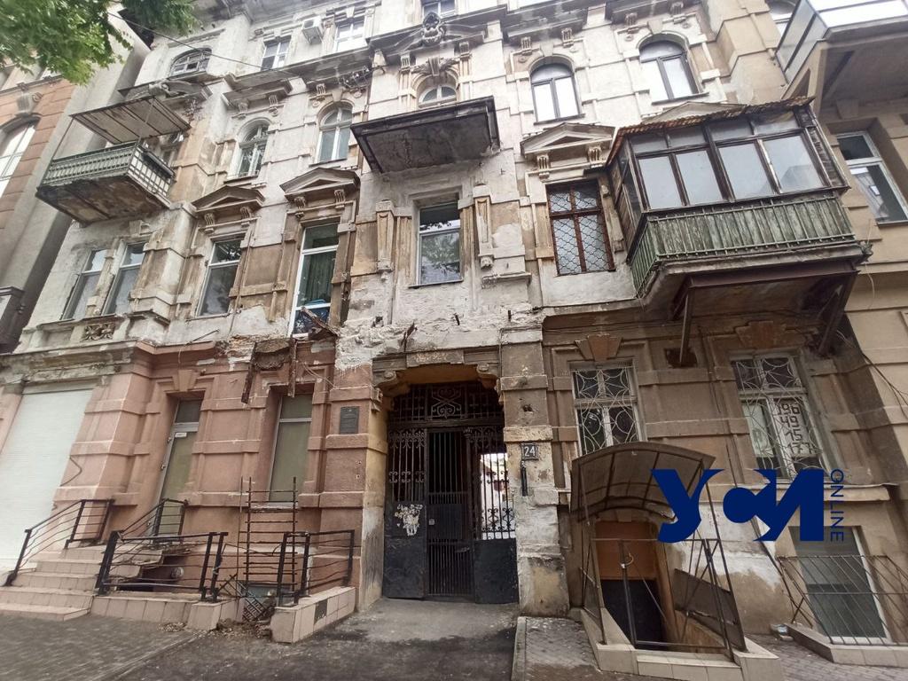 Рухнувший балкон в центре Одессы продолжает обваливаться (фото) «фото»