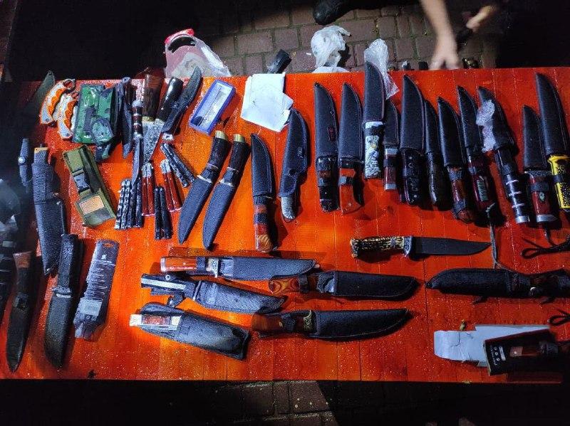 Больше сотни ножей: в Одессе мужчина открыто торговал холодным оружием (фото) «фото»