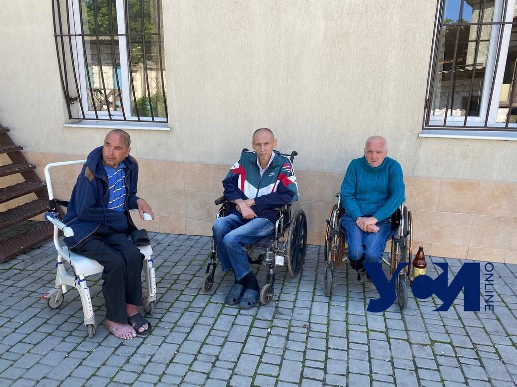 Оставленными на кладбище пациентами одесской психбольницы занялись полиция и омбудсмен (аудио) «фото»