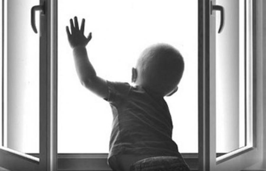 В Одесском районе с окна второго этажа выпал двухлетний малыш «фото»