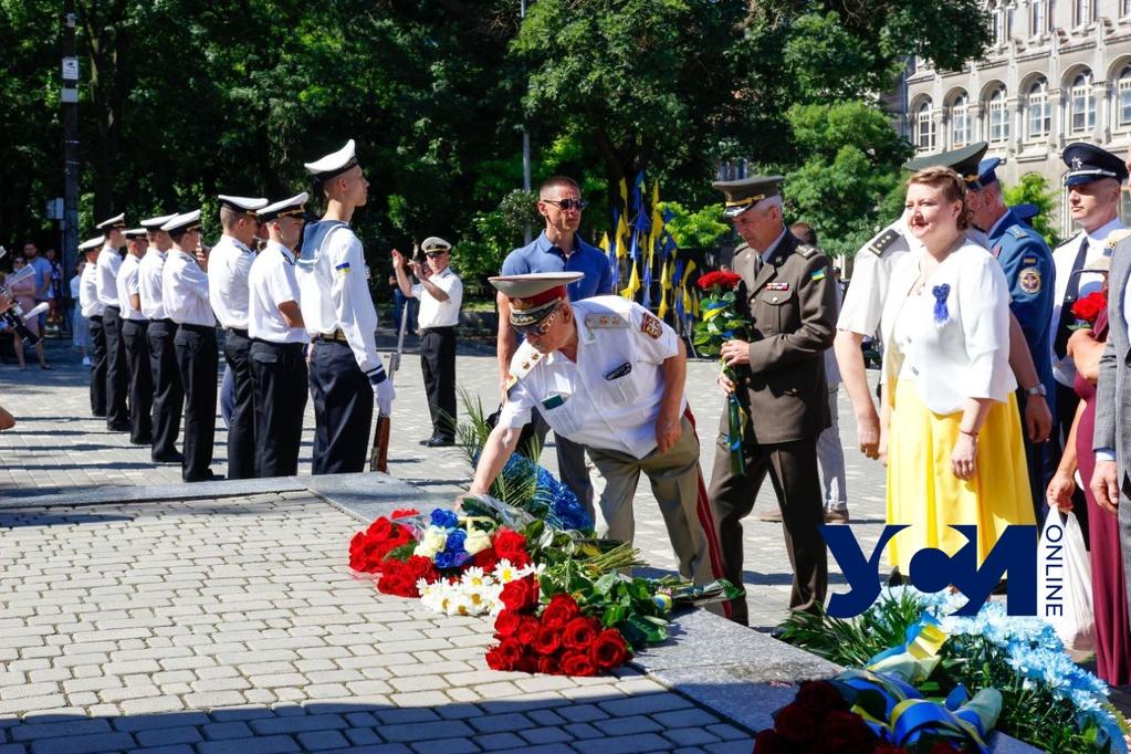 В честь Дня Конституции Украины в Одессе возложили цветы к памятнику Шевченко (фото) «фото»