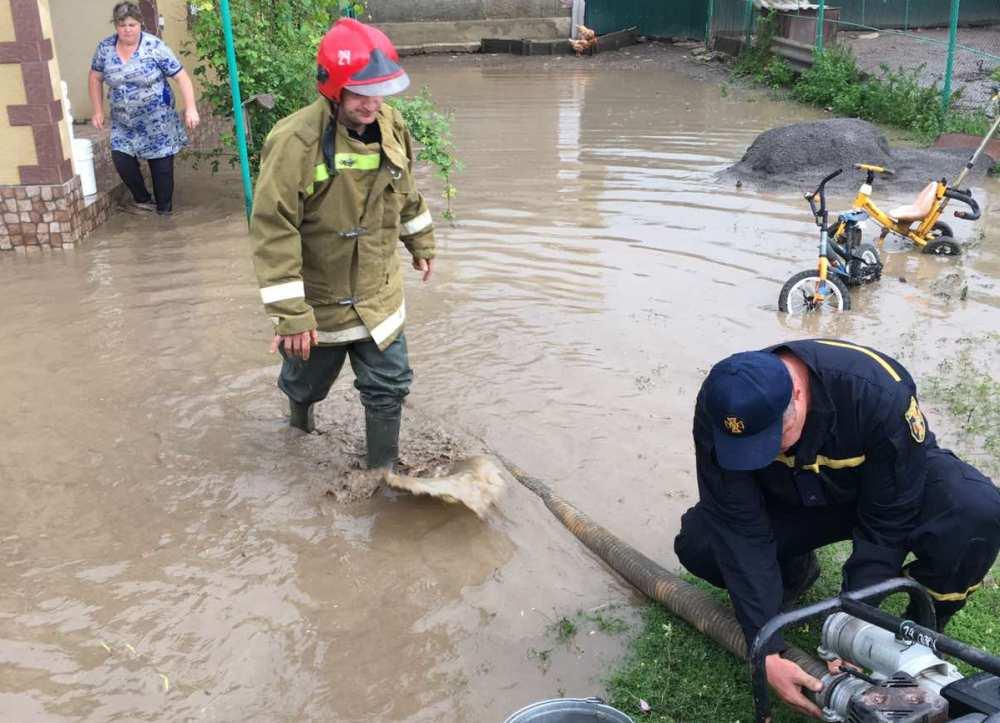 В селе Одесской области спасатели откачивают воду после ливней (фото) «фото»