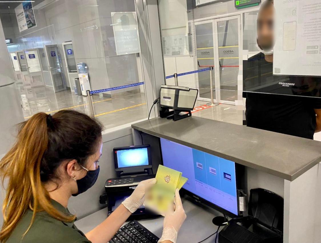 Одесские пограничники обнаружили у иностранца фальшивый паспорт островного государства (фото) «фото»