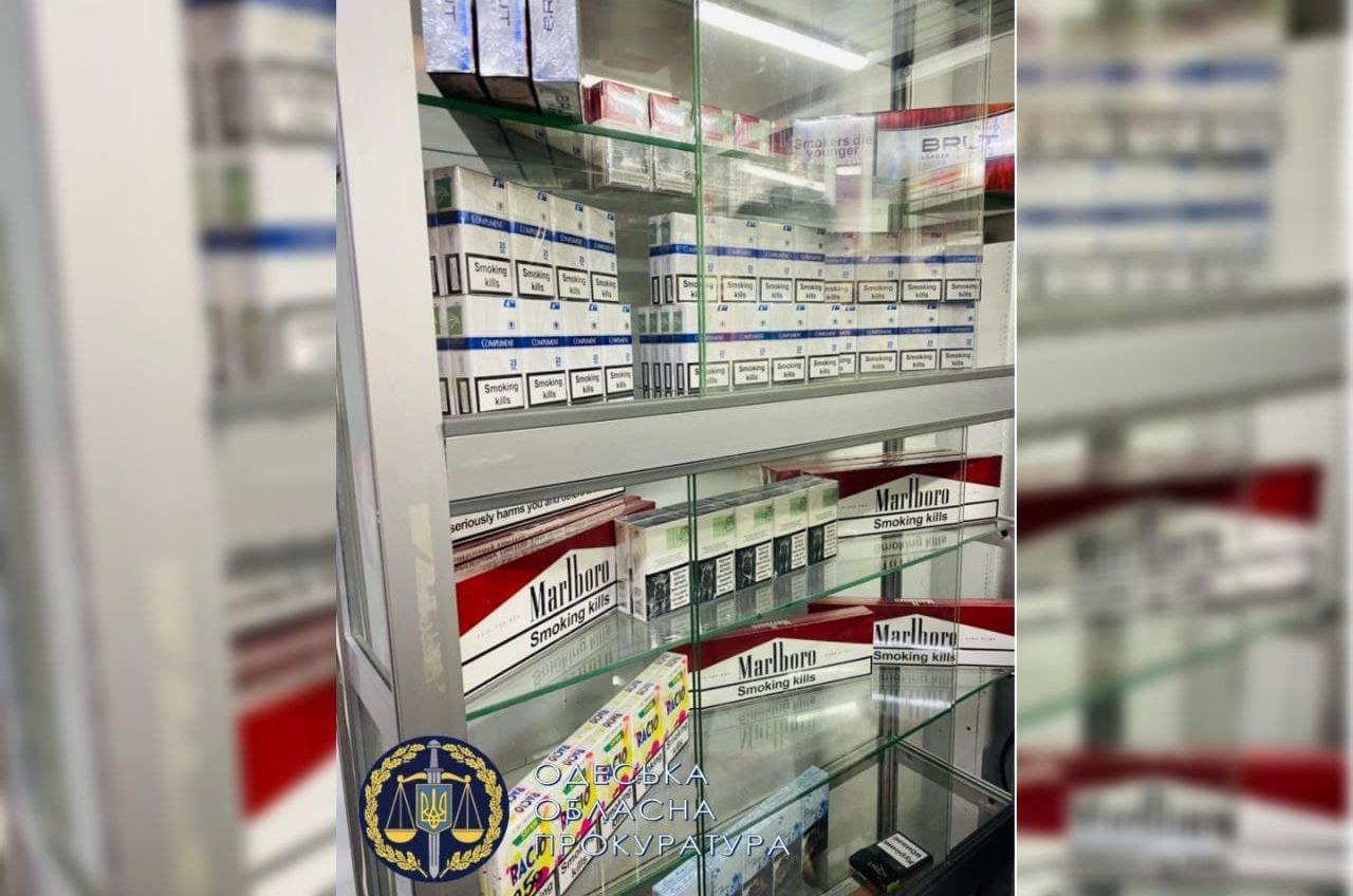 В подземном переходе возле ж/д вокзала прикрыли продажу контрабанды (фото) «фото»