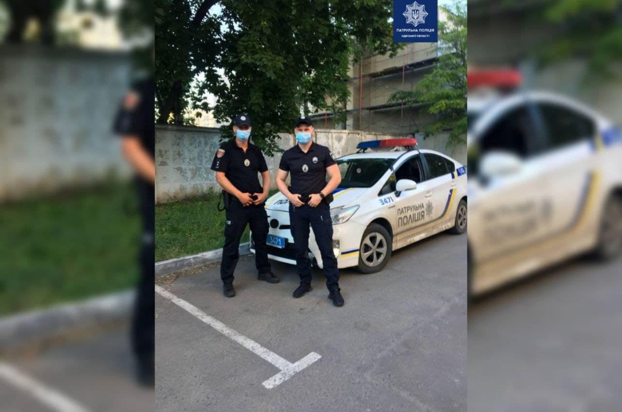 Одесские патрульные сопроводили роженицу в больницу (фото) «фото»