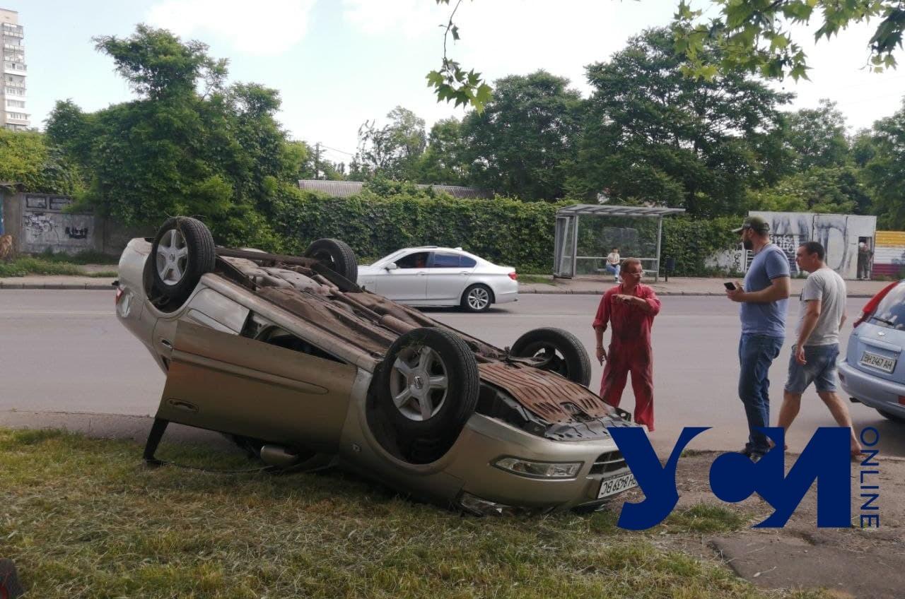 На Малиновского перевернулся автомобиль: есть пострадавшая (фото) «фото»
