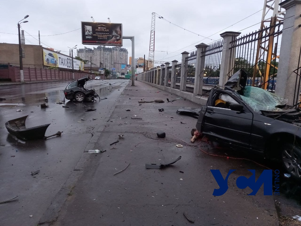 Авария на Среднефонтанской: машину разорвало на части (фото, видео) «фото»