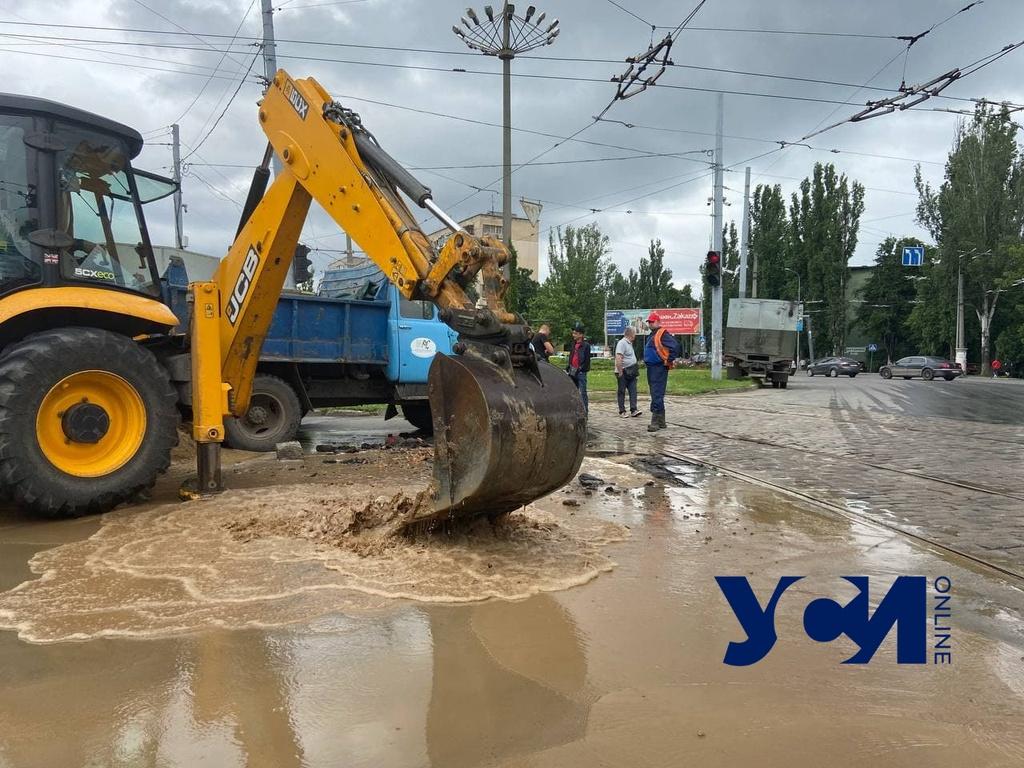 На площади Толбухина — транспортный коллапс из-за прорыва водопровода (фото) «фото»