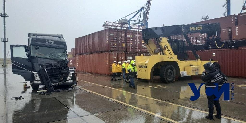 В Одесском порту водителя придавило контейнером (фото) «фото»