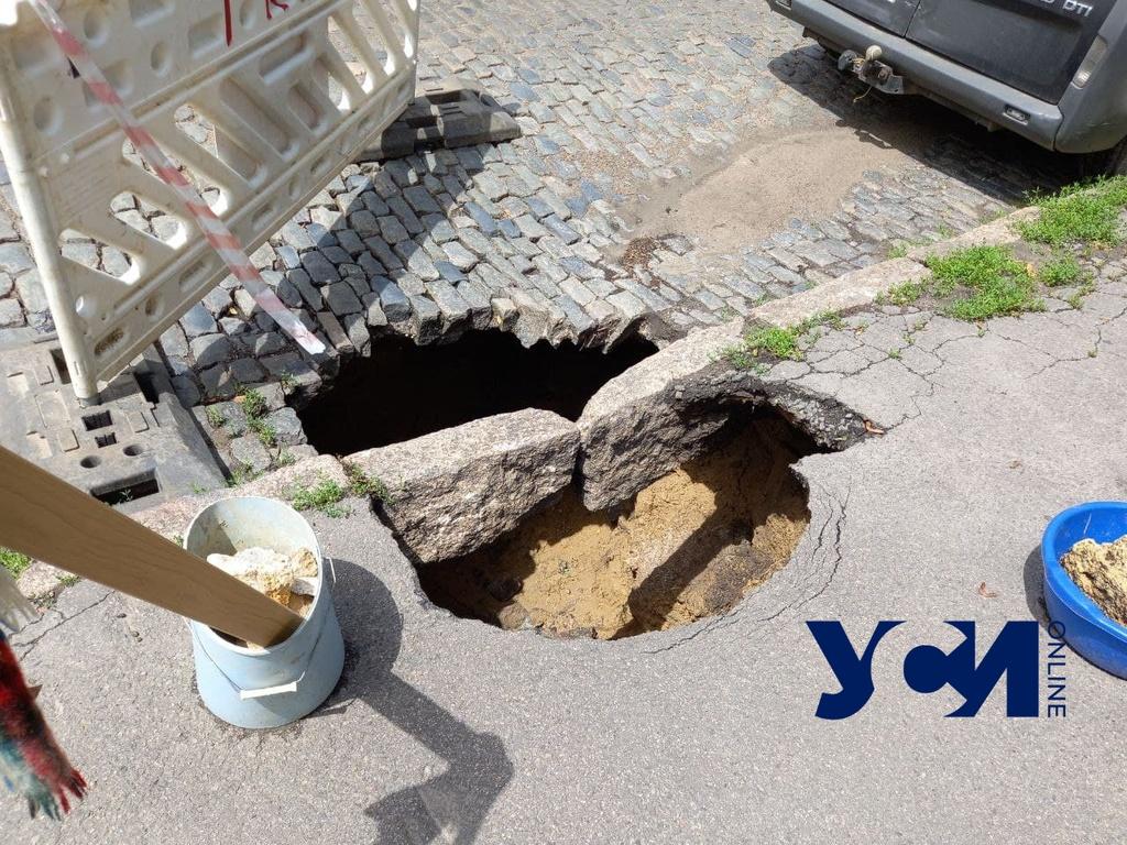 Бордюр над бездной: в районе Староконного рынка образовалась огромная яма (фото) «фото»