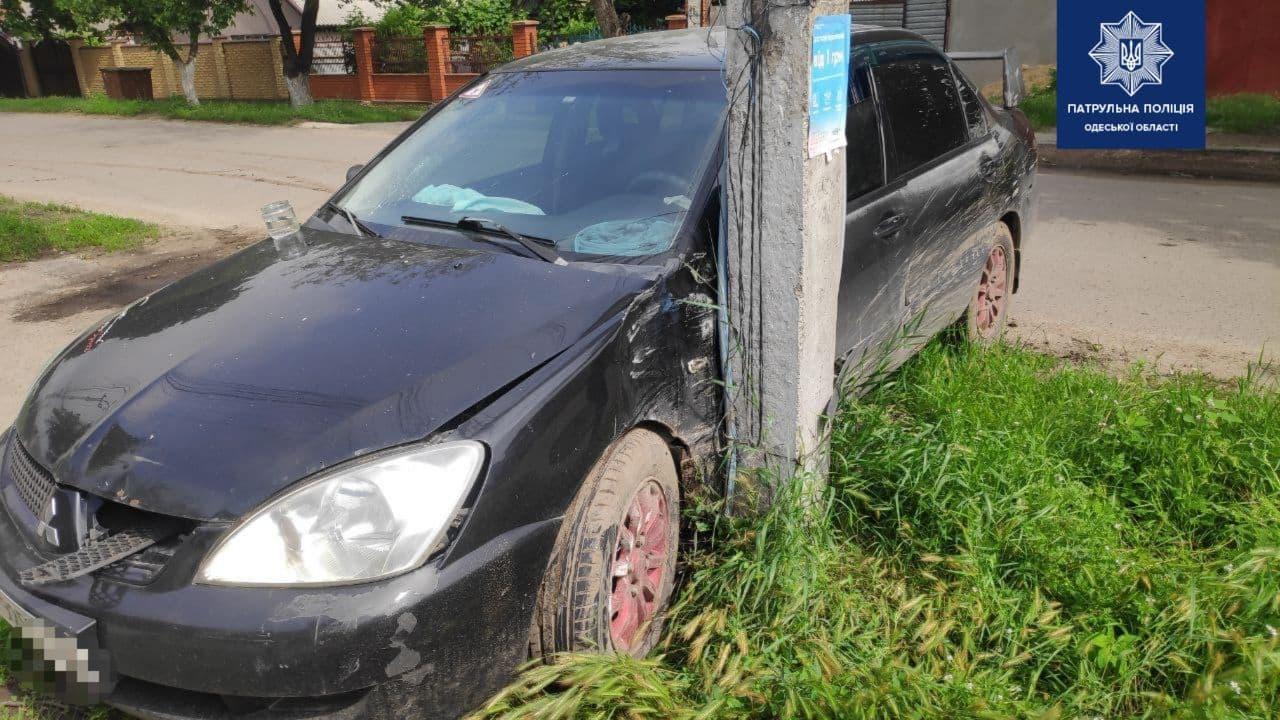 В Суворовском районе машина врезалась в столб: пострадали дети (фото) «фото»