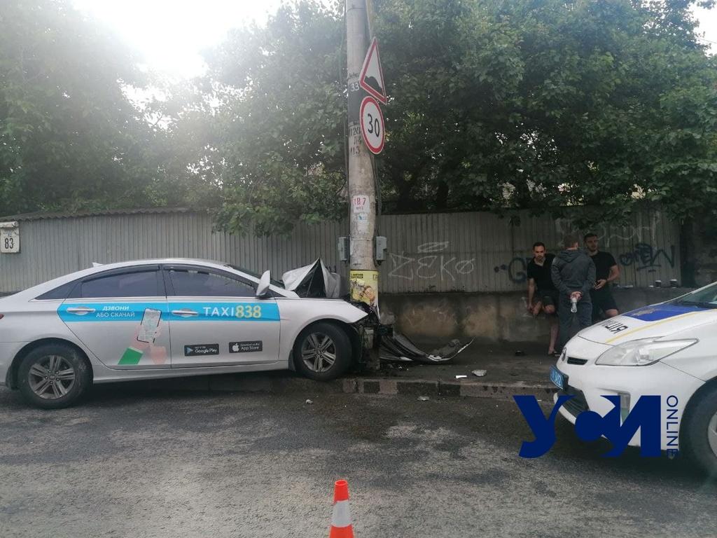 ДТП на Фонтанской: авто влетело в столб, четверо пострадали (фото) «фото»