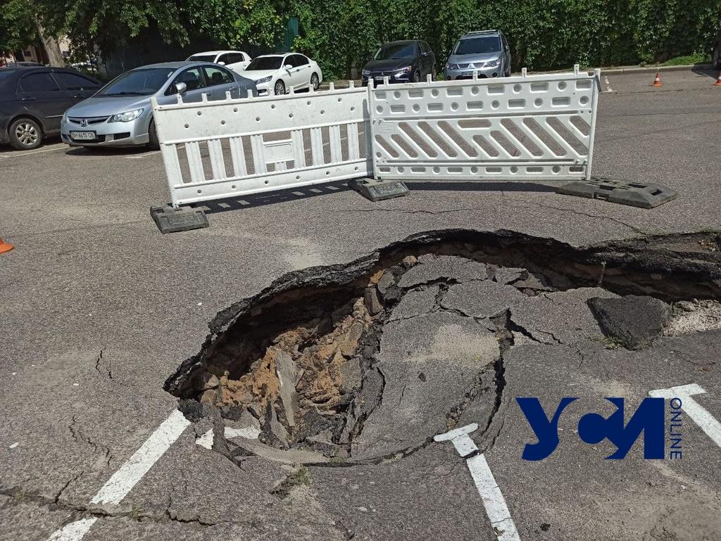 На парковке у Таможенной площади образовалась огромная яма (фото) «фото»