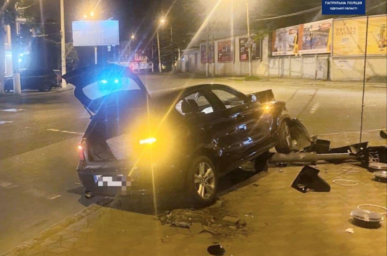 ДТП на Молдаванке: иномарка протаранила светофор «фото»