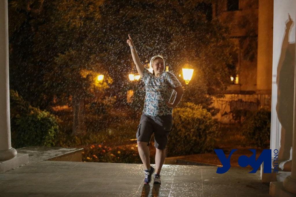 Под шум грозы и порта: как одесситы пережидают ливень в центре города (фото) «фото»