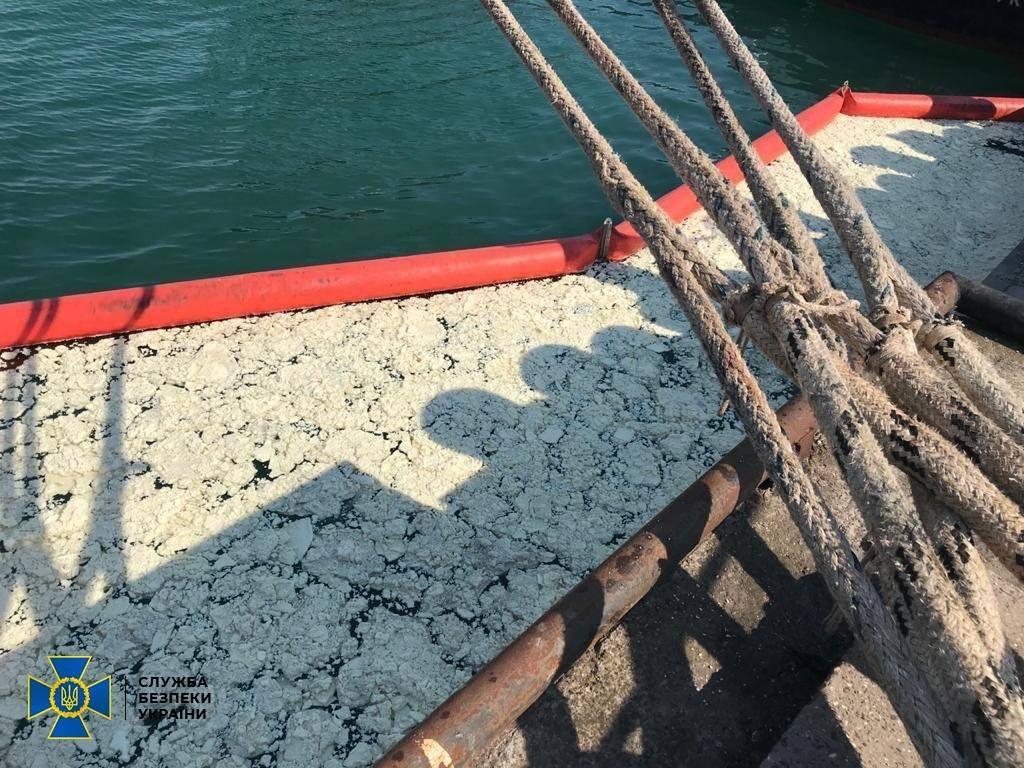 Помощнику капитана грозит 5 лет тюрьмы за загрязнение вод порта «Южный» (фото, видео) «фото»