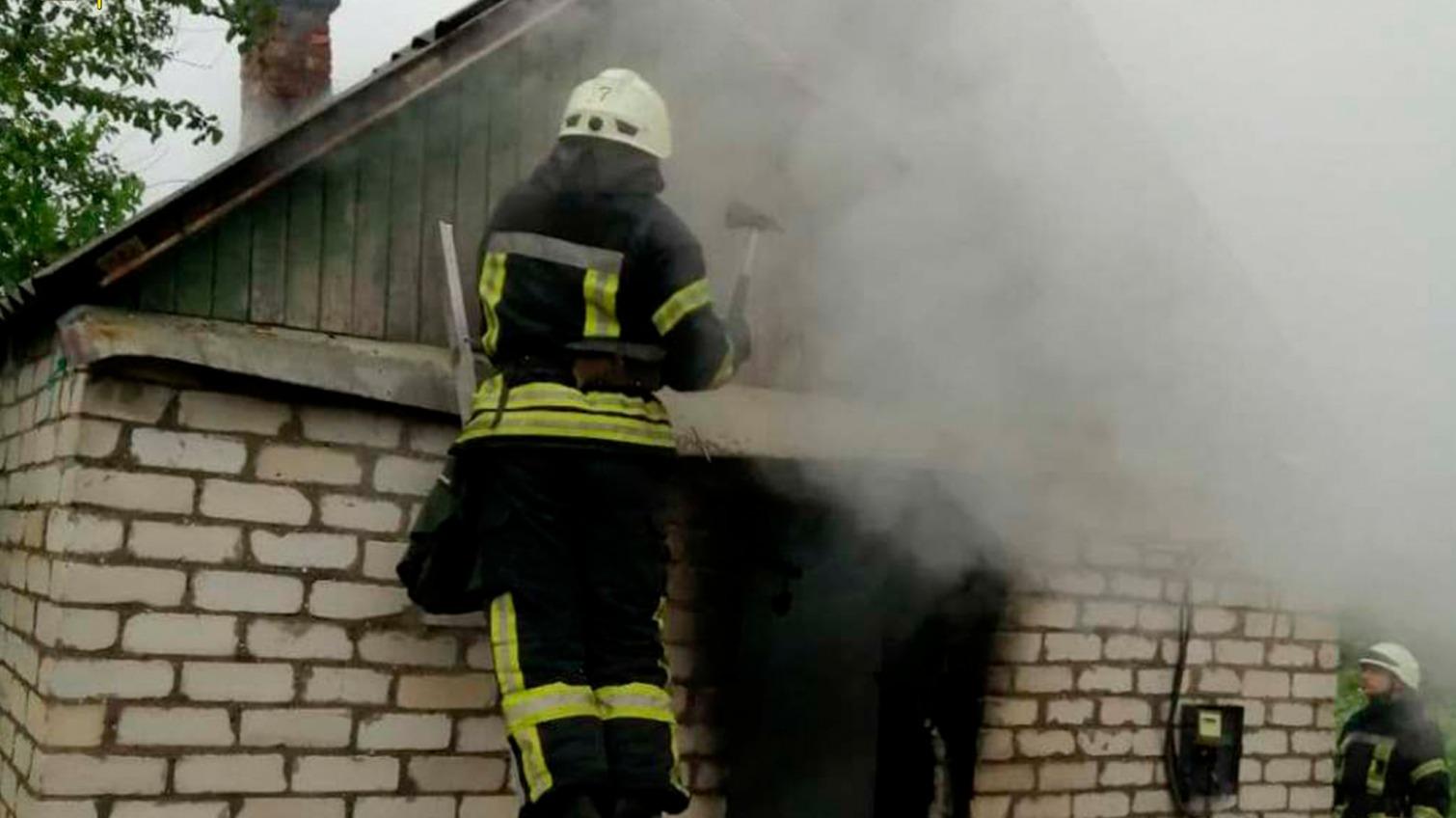 Пожар на Львовской: припаркованные авто помешали работе спасателей (фото) «фото»
