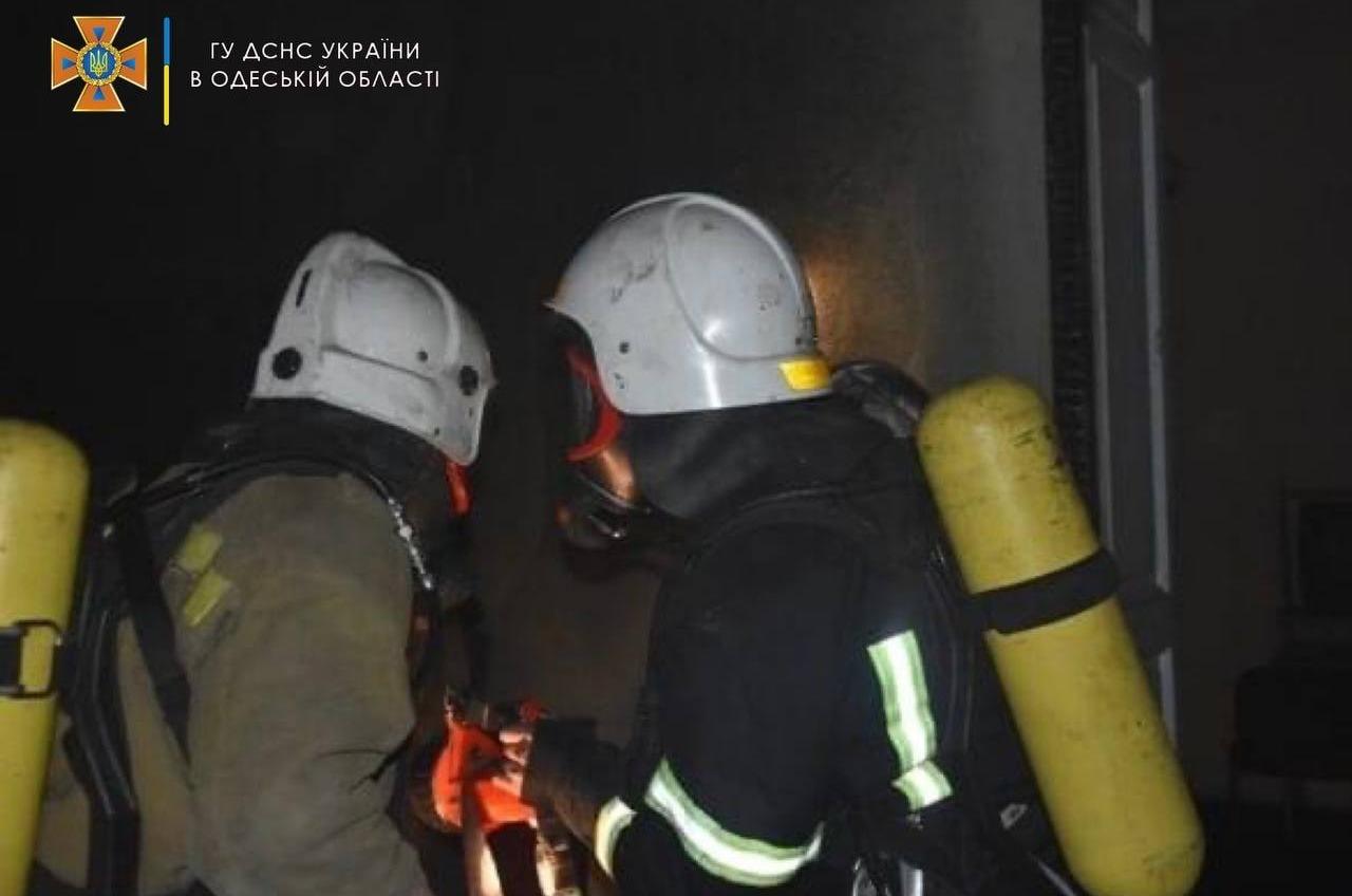 На Чубаевке горела пятиэтажка: пожарные спасли пожилых хозяев квартиры «фото»