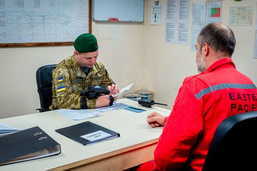 В порт «Южный» не пустили 12 российских моряков (фото) «фото»