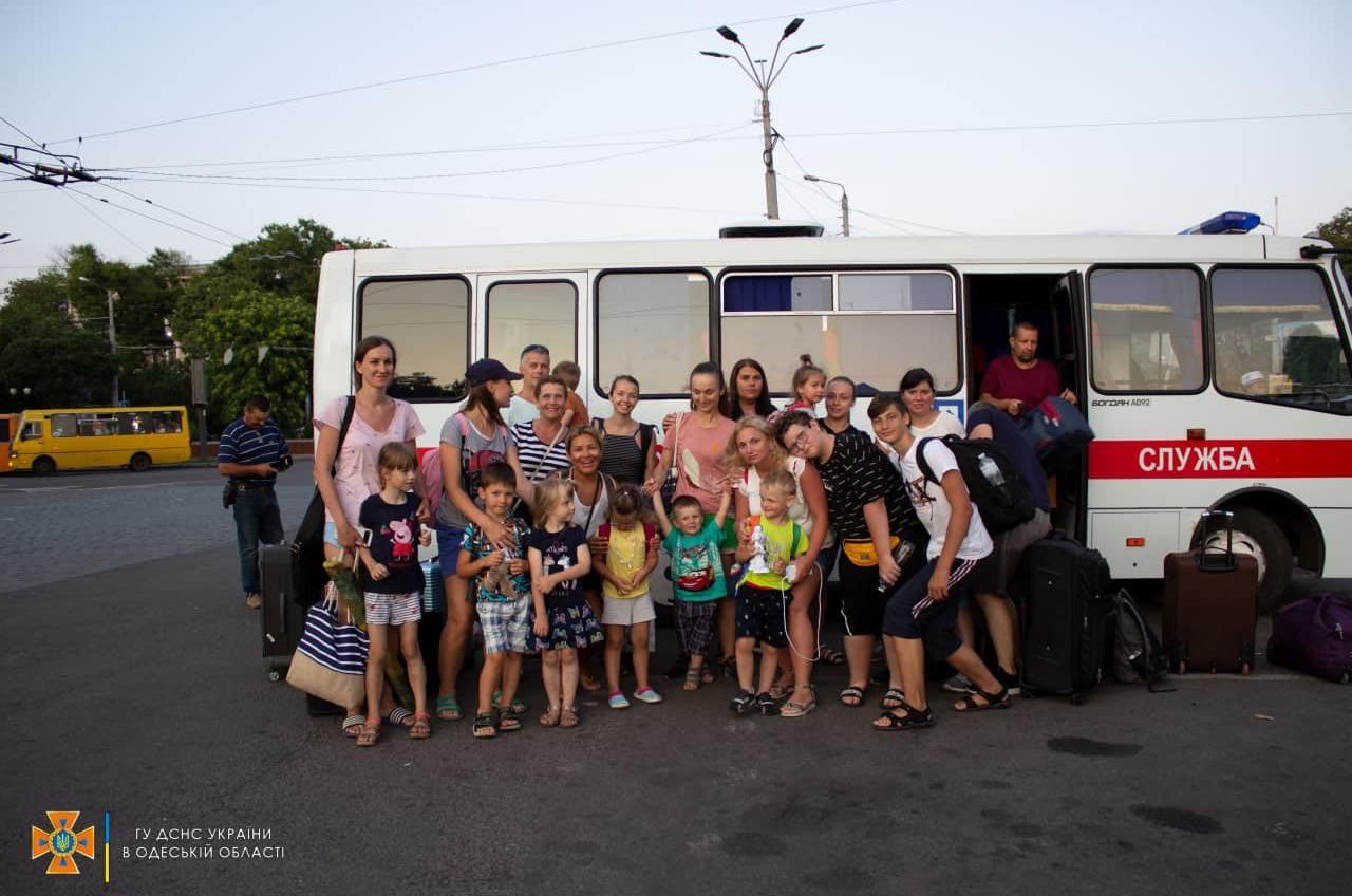 Туристы с детьми застряли в автобусе по дороге на вокзал: их эвакуировали спасатели (фото) «фото»