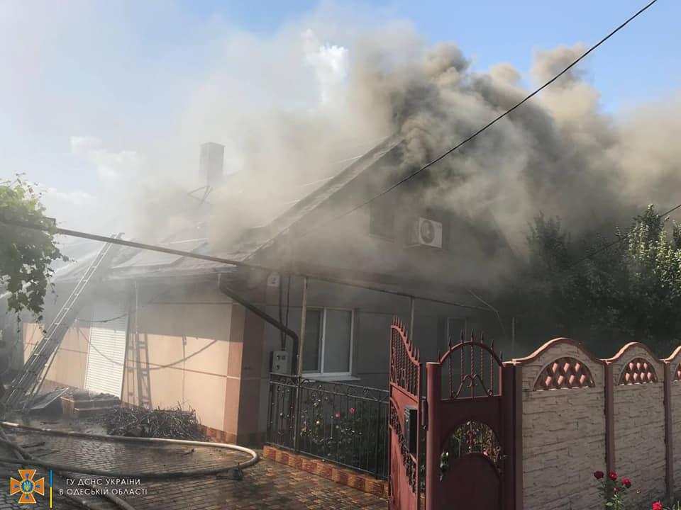В Одесской области горел частный дом: огонь тушили 18 спасателей (фото) «фото»