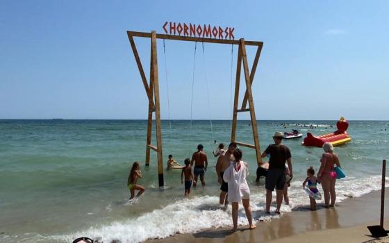Новая фотозона: на пляже в Черноморске установили качели прямо в море (фото) «фото»